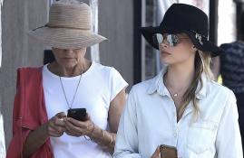 CANDIDS: Margot é vista passeando com sua mãe por Venice Beach